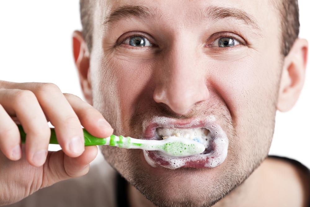 spazzolare i denti