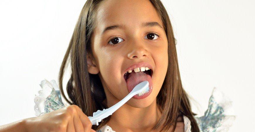 pulire la lingua con lo spazzolino