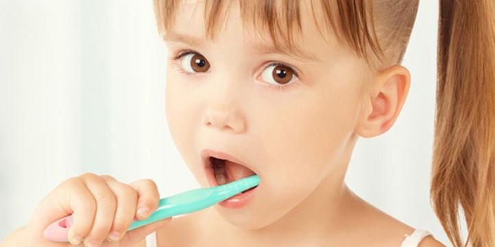 spazzolare i denti da latte